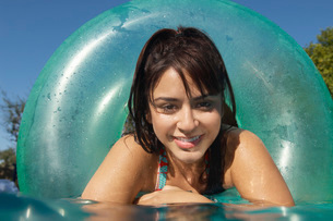 Young woman in inflatable ring in swimming pool close-upの写真素材 [FYI03648363]