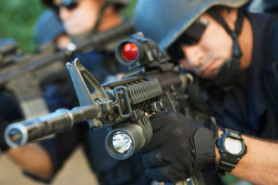 Swat officer aiming gunsの写真素材 [FYI03648367]