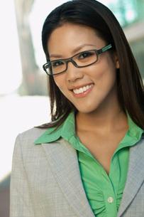 Portrait of mid adult woman wearing glassesの写真素材 [FYI03648402]