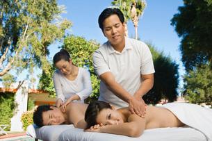Couple having massage at health spaの写真素材 [FYI03648443]