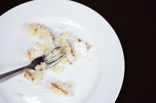 Fork and cake crumbs on plate view from aboveの写真素材 [FYI03648463]