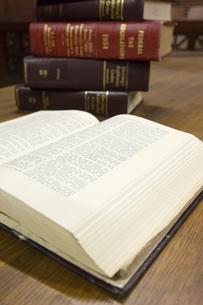 Legal books in court roomの写真素材 [FYI03648505]