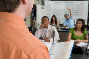 Student Raising Hand in Science Classの写真素材 [FYI03648573]