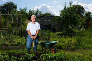 Senior man gardening portraitの写真素材 [FYI03648601]
