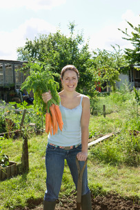 Young woman gardening portraitの写真素材 [FYI03648609]