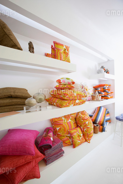 Shelves of Pillows in Furniture Storeの写真素材 [FYI03648657]