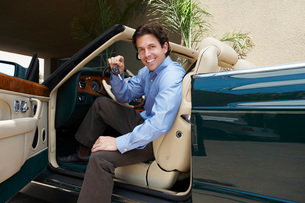 Man Sitting in a Convertible Holding Car Keysの写真素材 [FYI03648693]