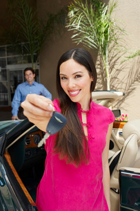 Woman Holding Car Keysの写真素材 [FYI03648694]