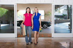 Women Going on a Shopping Tripの写真素材 [FYI03648707]