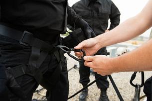 SWAT Team Preparing Climbing Equipmentの写真素材 [FYI03648723]