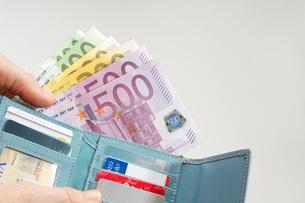 Wallet Full of Moneyの写真素材 [FYI03648797]