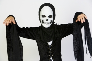 Portrait of child (7-9) wearing skeleton costumeの写真素材 [FYI03648831]