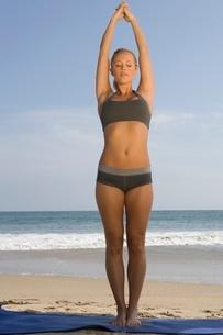 Woman exercising at beachの写真素材 [FYI03648862]