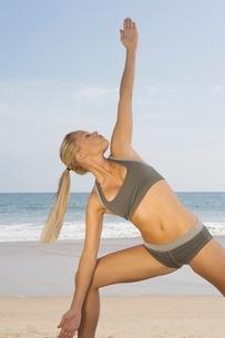 Woman exercising at beachの写真素材 [FYI03648865]