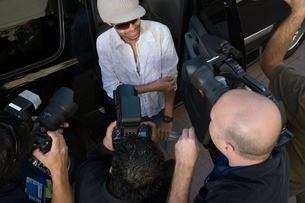 Male celebrity and paparazzi high angleの写真素材 [FYI03648931]
