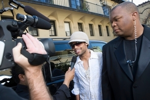 Male celebrity being interviewed by paparazziの写真素材 [FYI03648934]