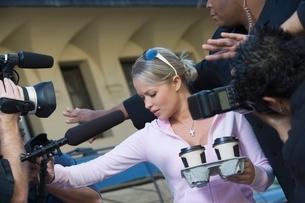 Female celebrity and paparazziの写真素材 [FYI03648937]