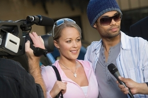 Celebrity couple being interviewed by the mediaの写真素材 [FYI03648941]