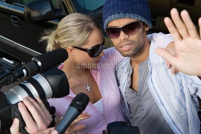 Celebrity couple and paparazziの写真素材 [FYI03648944]