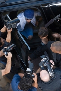 Male celebrity and paparazzi high angleの写真素材 [FYI03648945]