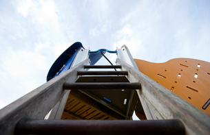 View up a ladder in a children's playgroundの写真素材 [FYI03648970]