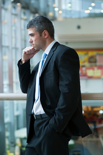 Businessman with serious expression looking off cameraの写真素材 [FYI03649005]