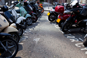 Motor bikes parked in a rowの写真素材 [FYI03649198]