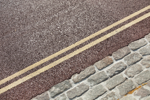 Double yellow line on streetの写真素材 [FYI03649322]