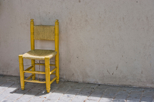 Yellow Chair against Brick Wall in Istanbulの写真素材 [FYI03649332]