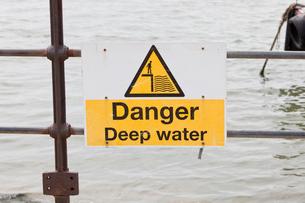 Danger deep water signの写真素材 [FYI03649343]