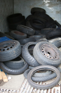 Discarded Rubber Tyres at local recycling centerの写真素材 [FYI03649366]