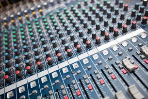 Close-up of sound mixing equipment in studioの写真素材 [FYI03649377]
