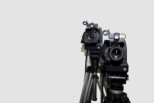 Camera and tripod against white backgroundの写真素材 [FYI03649382]