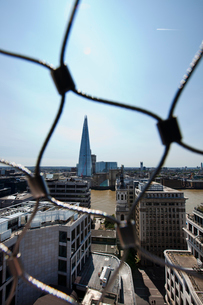 View of the Shard, London behind wire netの写真素材 [FYI03649398]