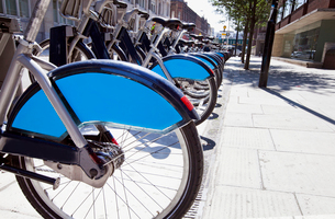 Public Rental Bicycles in a Line, London, UKの写真素材 [FYI03649399]