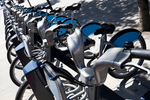 Public Rental Bicycles in a Line, London, UKの写真素材 [FYI03649404]