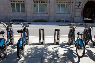 Public Rental Bicycles in a Line, London, UKの写真素材 [FYI03649405]