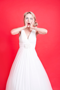 Portrait of shocked young Caucasian womanの写真素材 [FYI03649450]