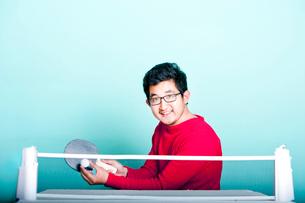 Asian man playing table tennisの写真素材 [FYI03649452]