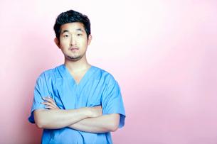 Young Asian Trainee Doctor wearing Scrubsの写真素材 [FYI03649464]