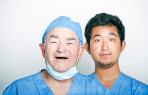 A portrait of Senior adult surgeon and a young Asian doctorの写真素材 [FYI03649478]
