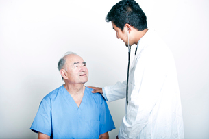 A young Asian Doctor comforting a Senior adult patientの写真素材 [FYI03649479]