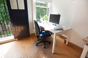 Interior of office with computer on deskの写真素材 [FYI03649499]