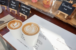 Disposable coffee cups on tableの写真素材 [FYI03649520]