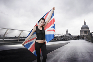 Olympic competitor with Union Jack in front of St Paul's Cathedral in Londonの写真素材 [FYI03649849]