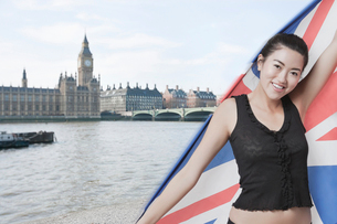Beautiful Asian girl standing in front of Big Ben and Houses of Parliamentの写真素材 [FYI03649857]