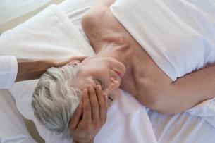 Senior woman having head massageの写真素材 [FYI03649983]