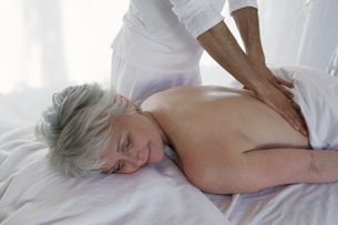 Senior woman having massageの写真素材 [FYI03649992]