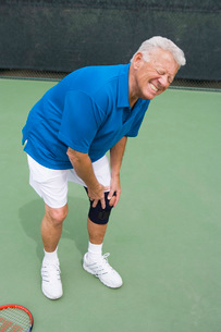 Tennis player suffering from knee injuryの写真素材 [FYI03649997]