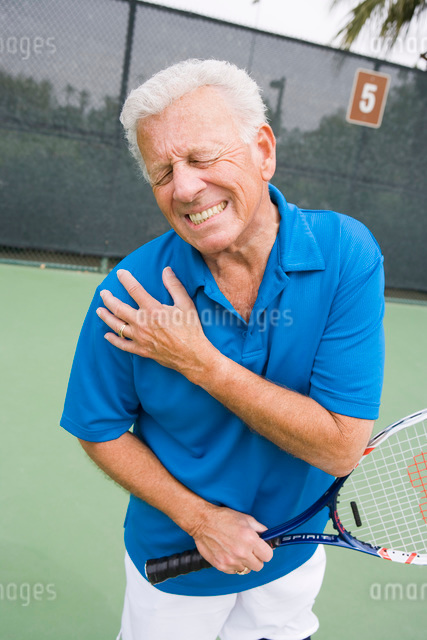 Tennis player suffering from shoulder injuryの写真素材 [FYI03649998]